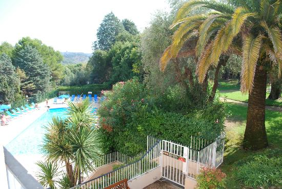 Les Agapanthes: Vue sur la piscine