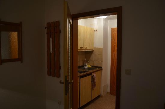 Aparthotel Zwiesel: Blick in den Küchenbereich (vom Wohnzimmer aus)