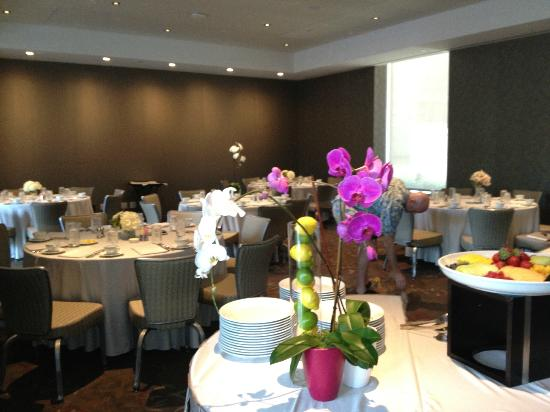 Colcord Hotel: Champagne Brunch table arrangements in Garden Room