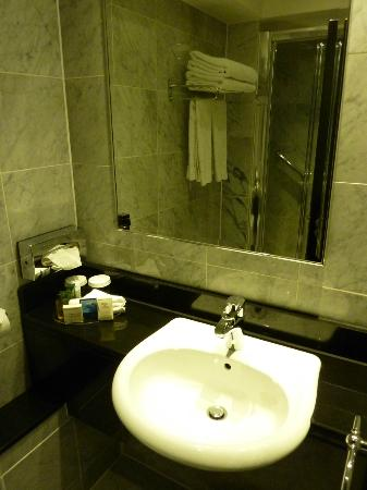 Hilton London Kensington: bathroom with shower