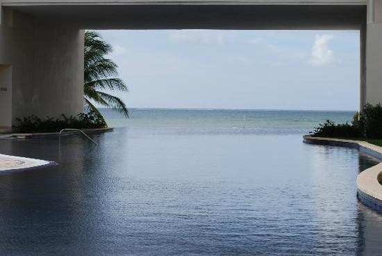 Secrets Silversands Riviera Cancun: The infinity pool