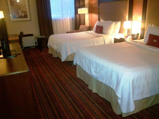 Crowne Plaza Grand Rapids (Airport): Bedroom was average size