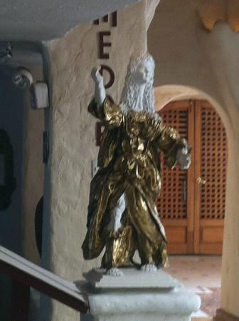 San Agustin International Hotel: Statue in Foyer