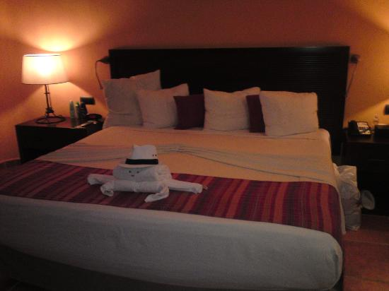 Catalonia Riviera Maya: Towel art in our room (upgrade)