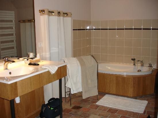 Corbon, France: La salle de bains ... magnifique !