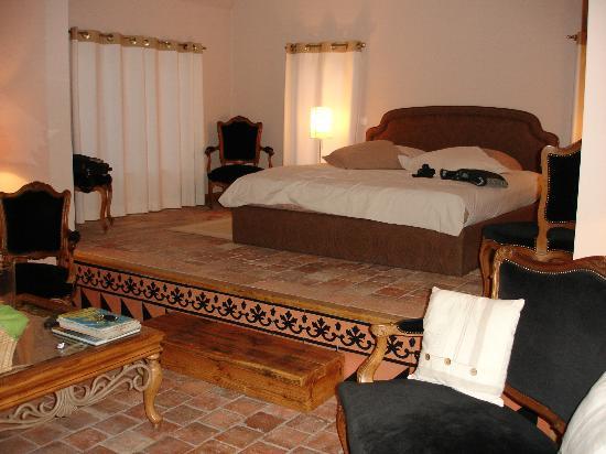 Corbon, France: L'intérieur de la suite coté lit