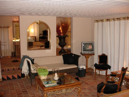 La Ferme Aux Etangs : L'intérieur de la suite coté salon et SdB