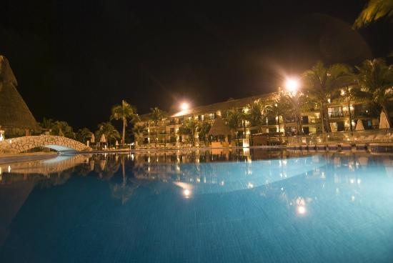 Catalonia Riviera Maya: One of the pools at night