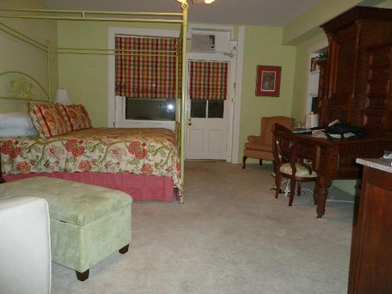 Noble Inns - The Oge House, Inn on the Riverwalk : Basement suite bedroom