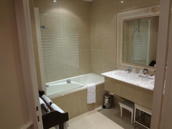 Best Western Grand Monarque: Bathroom