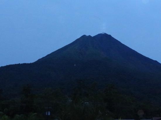 The Royal Corin Thermal Water Spa & Resort: Vista de noche del Volcan desde el balcon de la Habitación