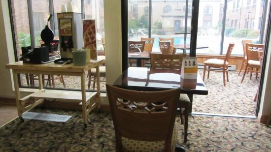 Quality Inn & Suites Marion: breakfast sitting area