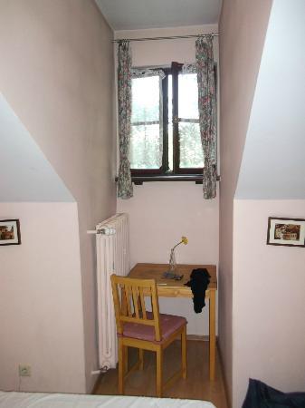Dom Casimi Guest Rooms: Das einzige Fenster , mit dem einzigen Tisch davor