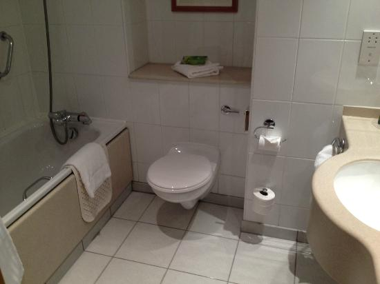Hilton Edinburgh Airport: bagno
