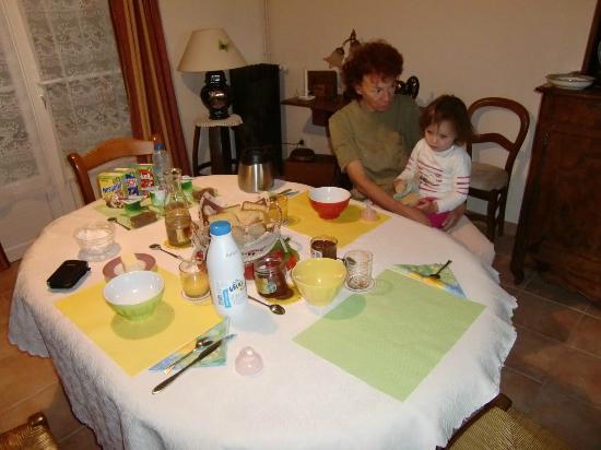 Cormeray, فرنسا: Le très bon petit déjeuner 