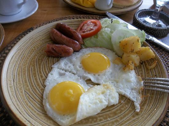 Amarela Resort: Continental breakfast with yummy baked potatoes nearly all gone