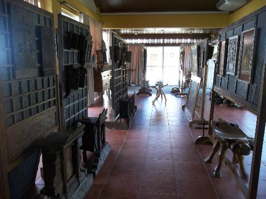 Amarela Resort: Windows saved from old houses as mounting for artwork