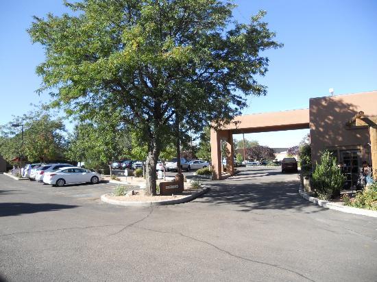Santa Fe Sage Inn: Entrance from road.