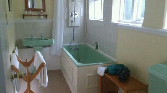 The Garden Hotel, Uppingham : dated bathroom