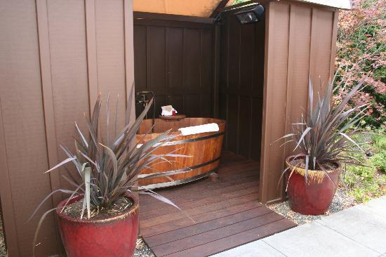 ماك أرثر بليس: outdoor spa tub