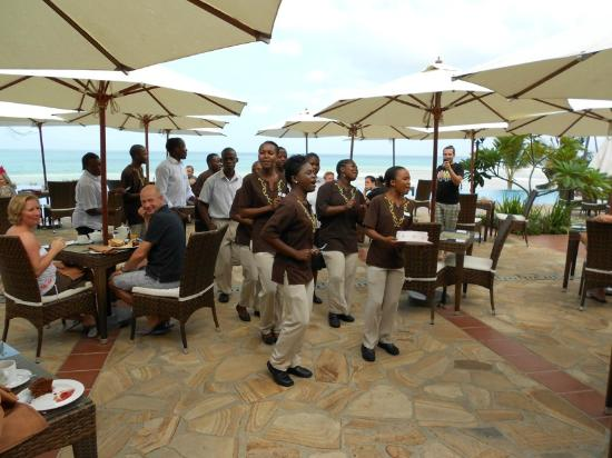 Sea Cliff Resort & Spa: Staff treat guests to song and dance for a birthday treat