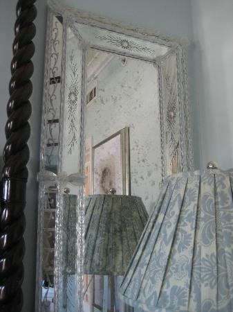 Casa del Mar: decorative mirror in room