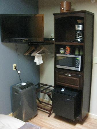 Twisp River Suites: TV, micro, fridge in the queen studio