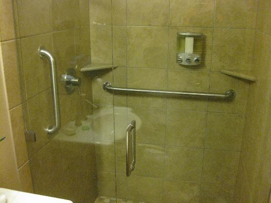 ‪‪Twisp River Suites‬: Large shower stall