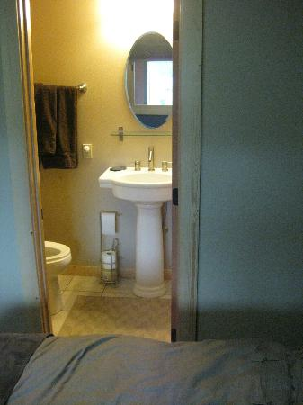 Twisp River Suites: Bathroom in queen Studio room