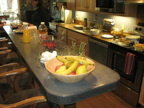 Twisp River Suites: Breakfast area