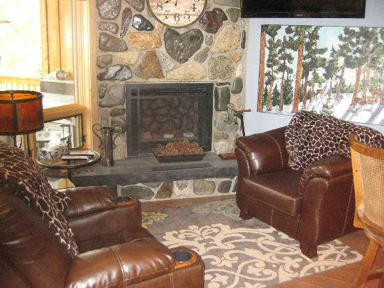 Twisp River Suites: Fireplace in lounge