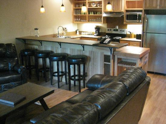 Twisp River Suites: Full kitchen in double queen suite