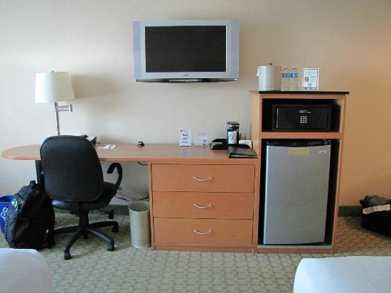 "The Florida Hotel and Conference Center: 32"" tv, fridge, safe and coffee maker"