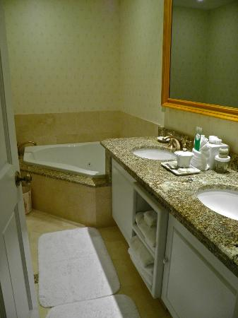 The Jefferson Hotel: Junior suite room jetted corner bathtub