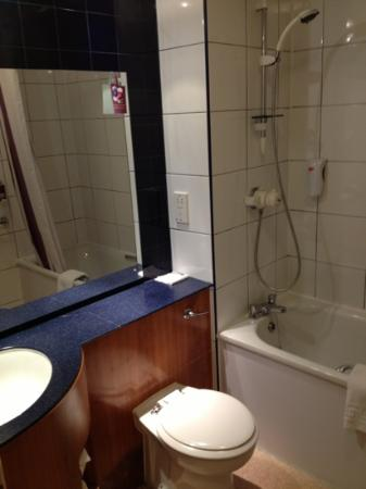 Premier Inn Stockport Central Hotel: room 26