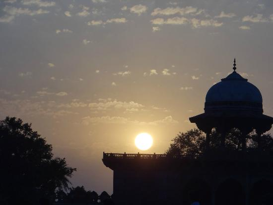 Taj Mahal: Beautiful sunset in the west of Taj