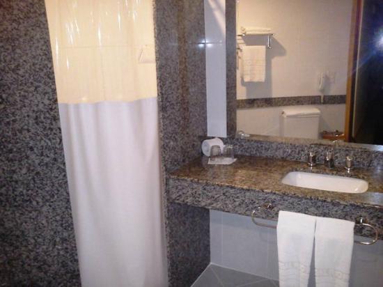 Scorial Rio Hotel: Banheiro parcialmente modernizado, limpo