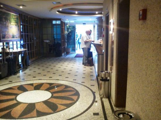سكوريال ريو هوتل: Lobby (à esquerda, o restaurante) 
