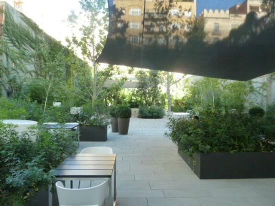 Alma Barcelona: Garden area in day