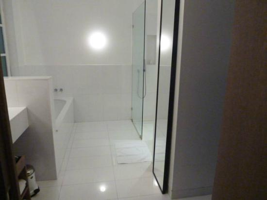 Alma Barcelona: Shower and batch area