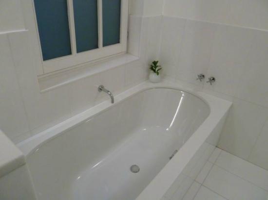Alma Barcelona : Deep soaker tub