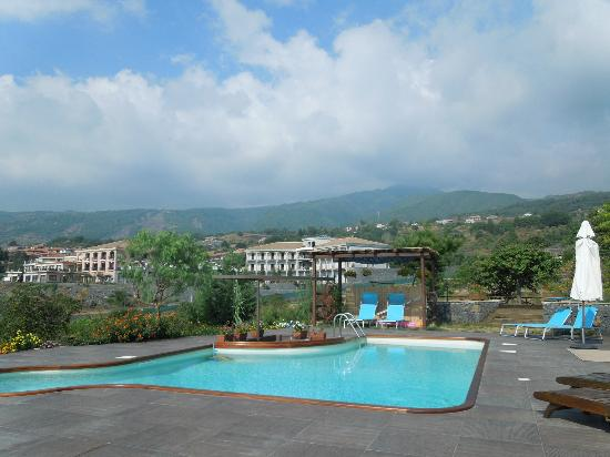 Villa Rosa  Etna Bed & Breakfast: Plunge pool and sun terrace