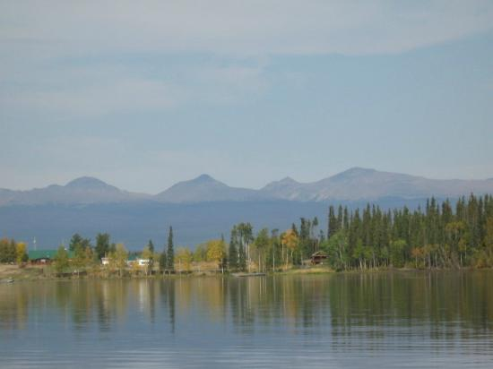 Eagle's Nest Resort: View of Mountains from Lake Anahim