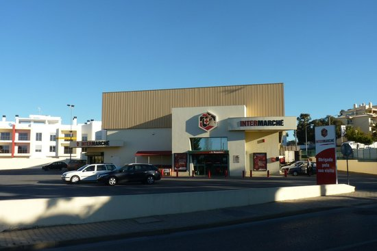Aparthotel Oceanus: Supermarket 5 minutes walk towards west and Albufeira