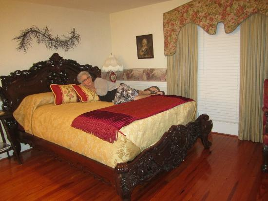 Dr. Flippin's Bed and Breakfast: Our queen-sized bed.