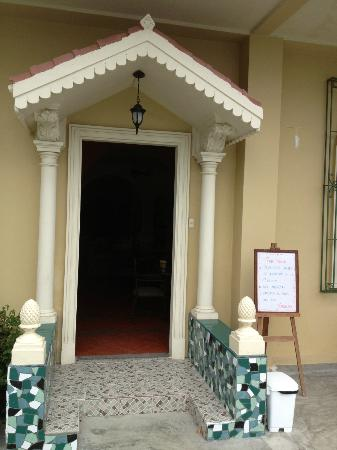 Hotel Amira in Salinas, Ecuador: Hotel entrance from pool