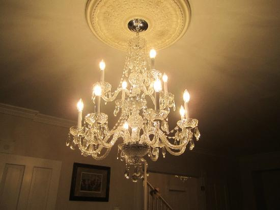 Dr. Flippin's Bed and Breakfast: Many chandeliers.
