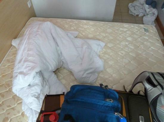 7 Days Inn Shanghai Hongqiao: Checking the mattress for bedbugs