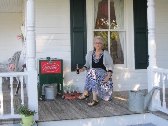 Dr. Flippin's Bed and Breakfast: Bottled water and bottled Cokes are available on the front porch.