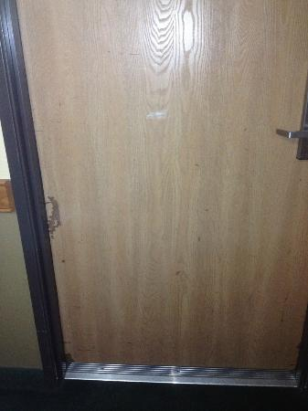 AmericInn Lodge & Suites Menomonie : door to the room.. which wouldn't close on it's own.